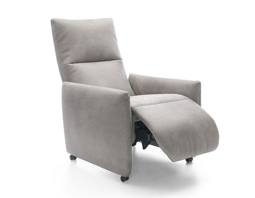 elegancki szary fotel Piko od Gala Collezione na małych kółkach wwysuniętym podnóżkiem