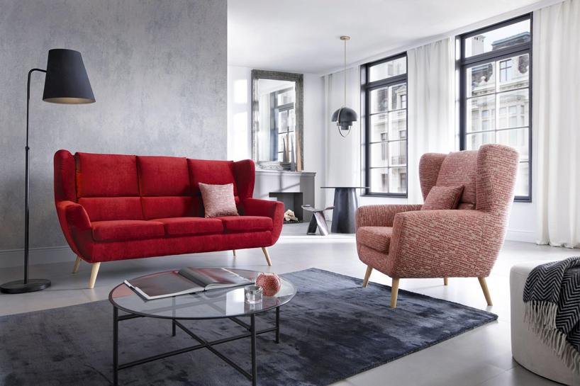 czerwona sofa iróżowy fotel Forli Gala Collezione wjasno szarym wnętrzu
