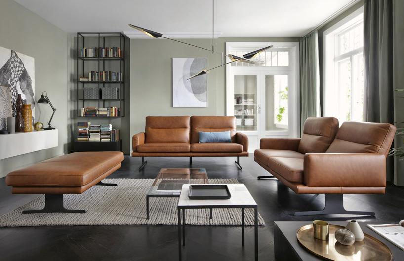 duży nowoczesny salon zbrązowymi sofami Genova Gala Collezione