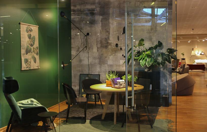 zielona ściana ifotel wszklanym pokoju