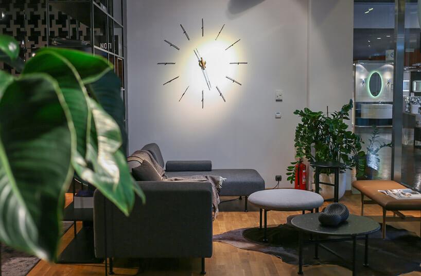 wskazówki zegara zamontowane na szarej ścianie