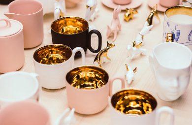 ceramiczne rzeczy w jasnych kolorach ze złotymi akcentami