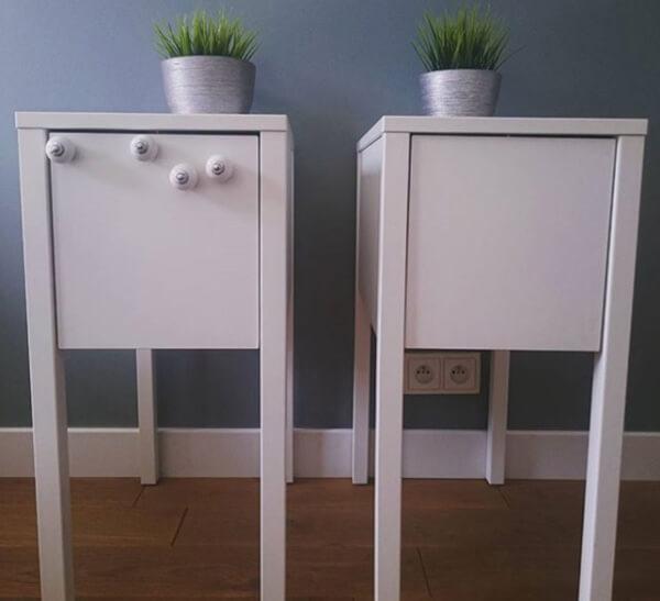 gałki zamontowane wbiałych szafkach