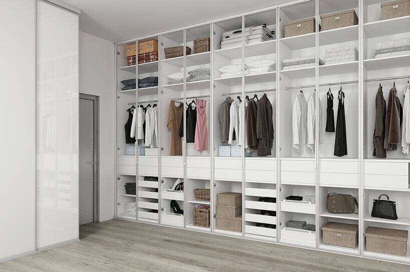 elegancka biała garderoba Komandor przy srebrnych drzwiach