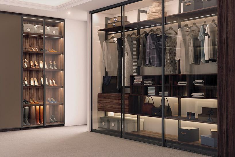 elegancka garderoba Komandor zprzeszklonymi drzwiami suwanymi