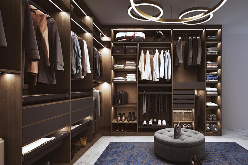 elegancka ciemna garderoba Komandor zjasną podłogą zniebieskim dywanem pod szarymi siedzisku pod wyjątkowym żyrandolem