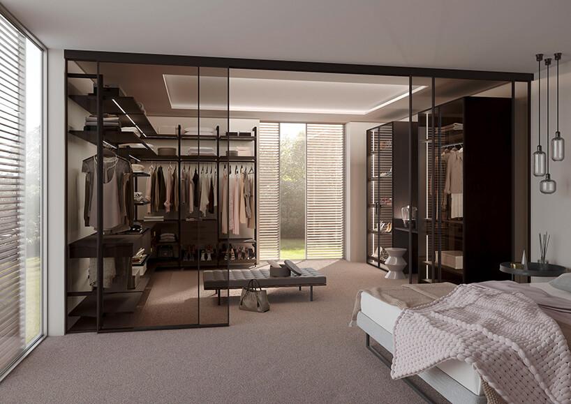 duża szafa zprzesuwnymi drzwiami ze szkła