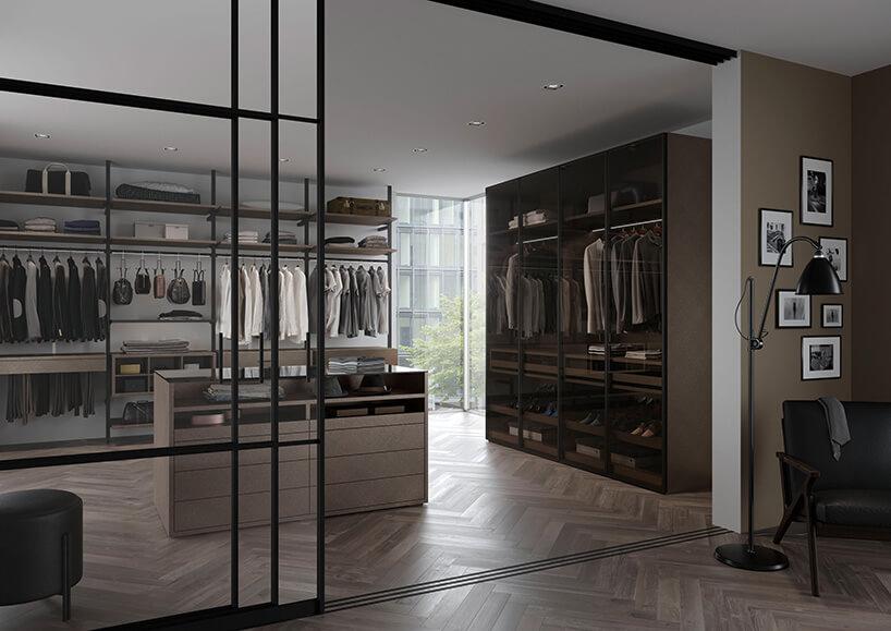 garderoba zporządkiem iwieszakami oraz półkami