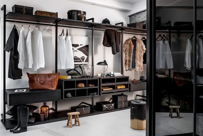 drewniane półki oraz szafki wnowoczesnej garderobie