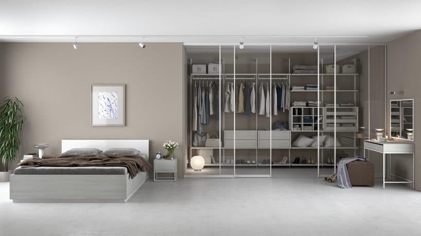 nowoczesna garderoba od Komandor zprzeszklonymi drzwiami wbiałych ramkach