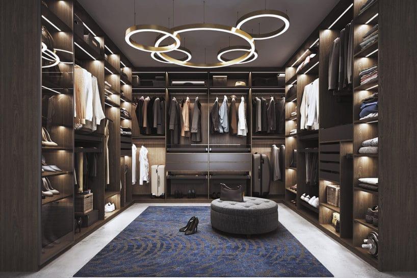 elegancka ciemna nowoczesna garderoba od Komandor zwyjątkowo wieloelementową lampą