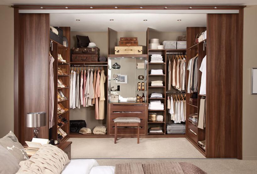 elegancka ciemno brązowa garderoba walk-in od Indeco ztoaletką wśrodku