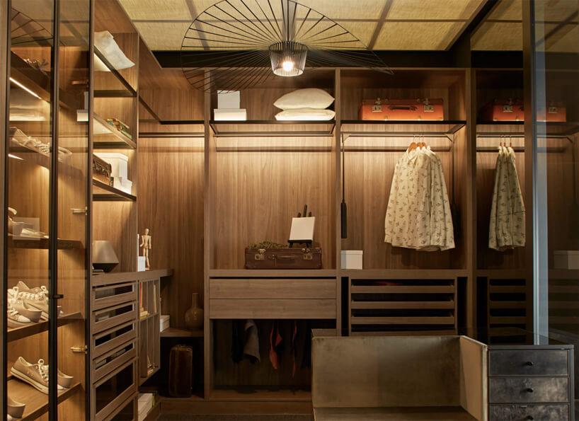 brązowa garderoba Oxford St. od ernestrust zprzeszklonymi półkami na buty isiedziskiem połączonym zszafką