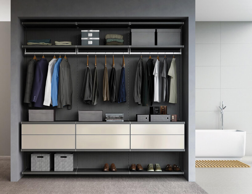 elegancka szara Zabudowa Milano od California Closets zszufladami zkremowym ifrontamo