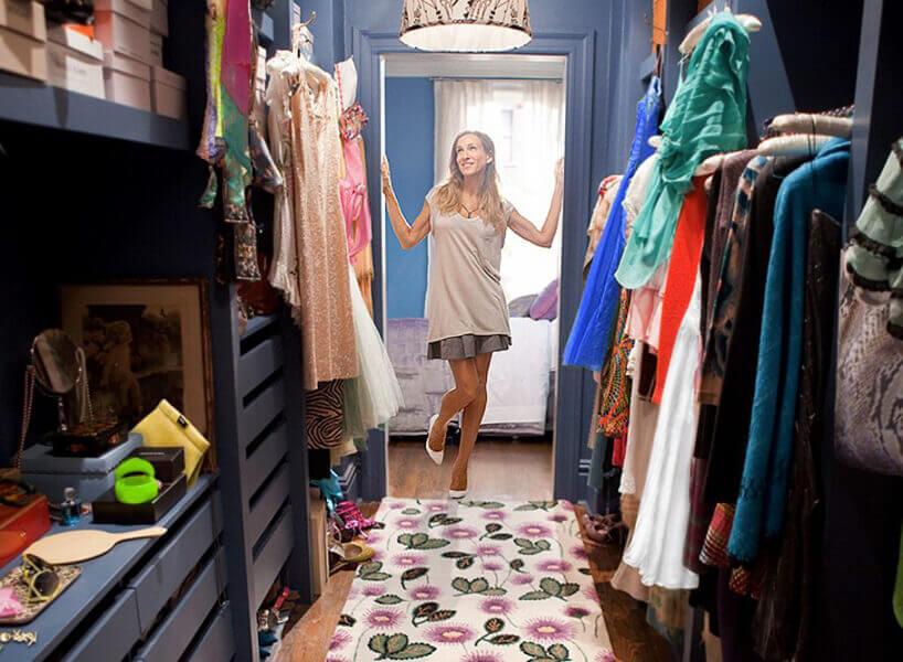 kobieta wniebieskiej garderobie