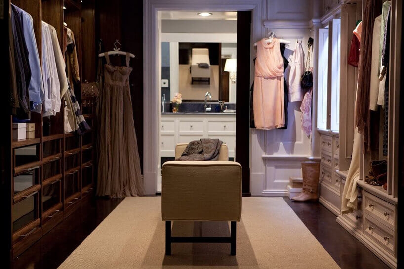 damska garderoba wbrązowym iróżowym kolorze