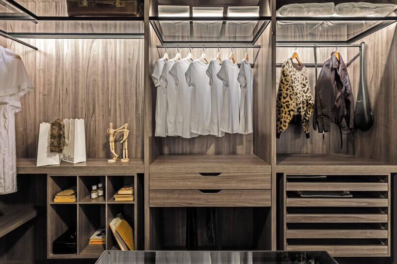 podświetlana garderoba wkolorach brązowego drewna