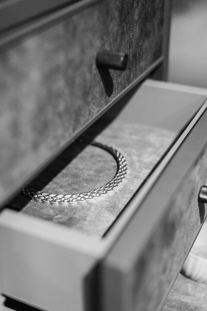 dwie szare szuflady zbiżuterią