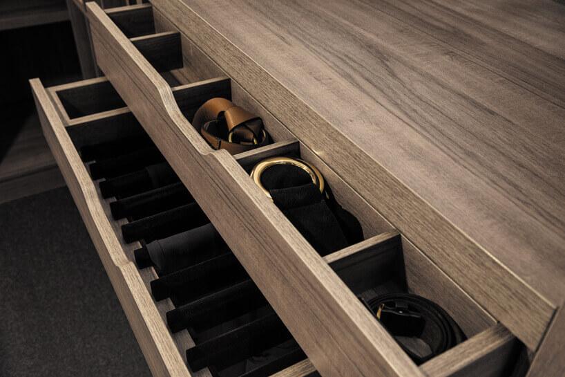 szuflady na paski ikrawaty wkolorze brązowego drewna
