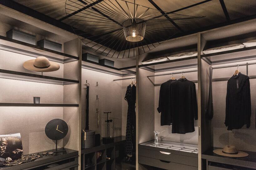 garderoba wbeżowo czarnych kolorach zlekkim oświetleniem
