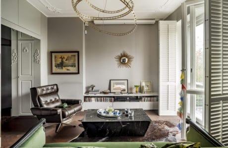 ciepłe wnętrze z dużym wejściem oraz sztukaterią na suficie i pierścieniową lampą