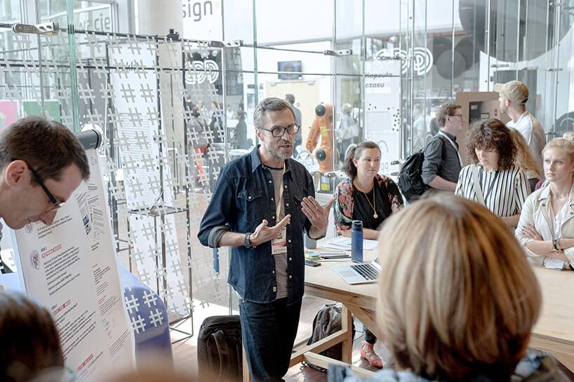 mężczyzna prowadzący podczas jednej zprezentacji na wystawie głównej na Gdynia Design Days 2019