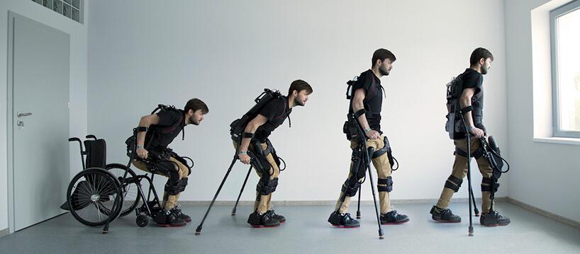mężczyzna wexoszkilecie wstający zwózka inwalidzkiego