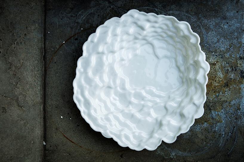 wyjątkowa biała taca onieregularnych kształtkach na ciemnym kamieniu