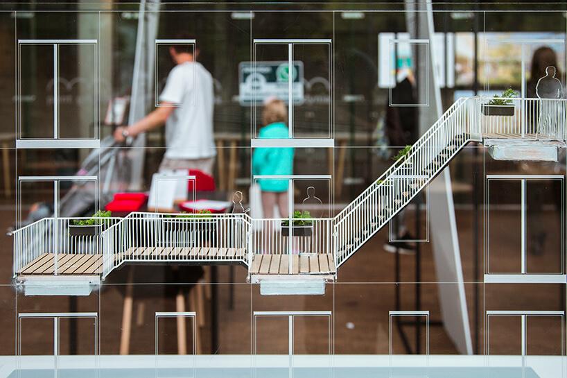 model projektu Social Balconies na tle odwiedzających Gdynia Design Days 2019