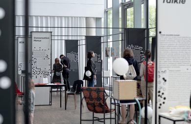 goście podczas ekspozycji na gdynia design days