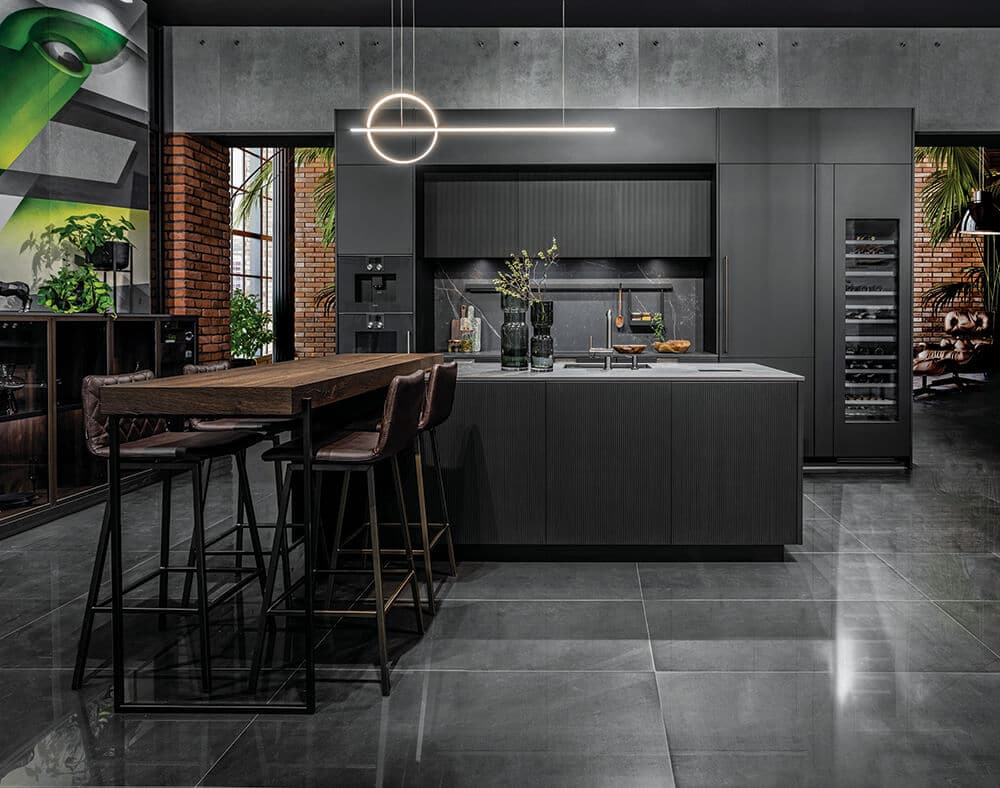 Głęboki kolor igra detali – piękna ciemna kuchnia
