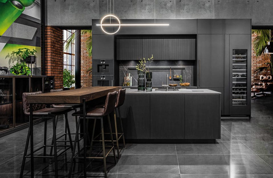 Głęboki kolor i gra detali – piękna ciemna kuchnia
