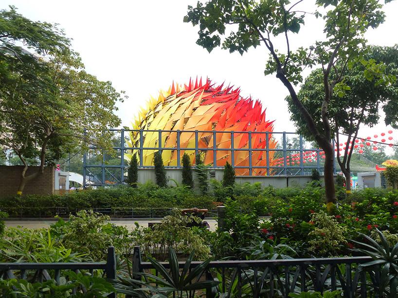 zielony ogród obok żółto pomarańczowo czerwonej kuli