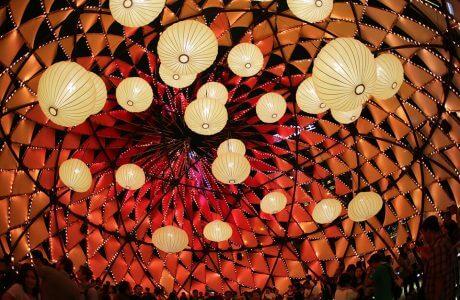 wnętrze instalacji z podwieszonymi lampionami