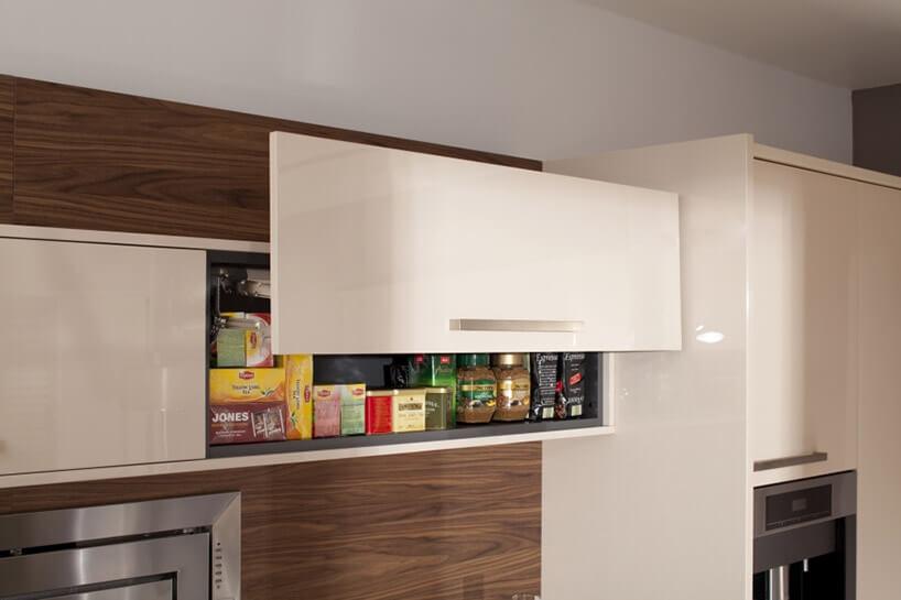 biała szafka kuchenna wwysuniętym frontem