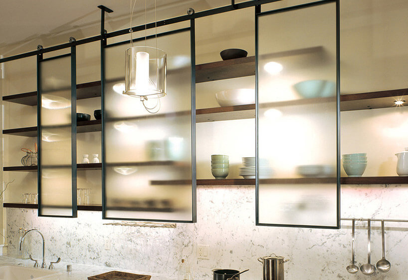 półki wkuchni zprzesuwanymi szklanymi frontami