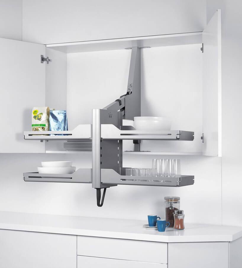 szare opuszczane wnętrze szafki kuchennej