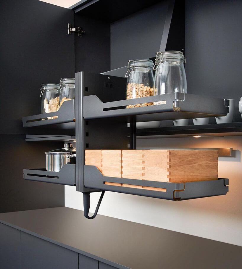 czarne opuszczane wnętrze szafki kuchennej
