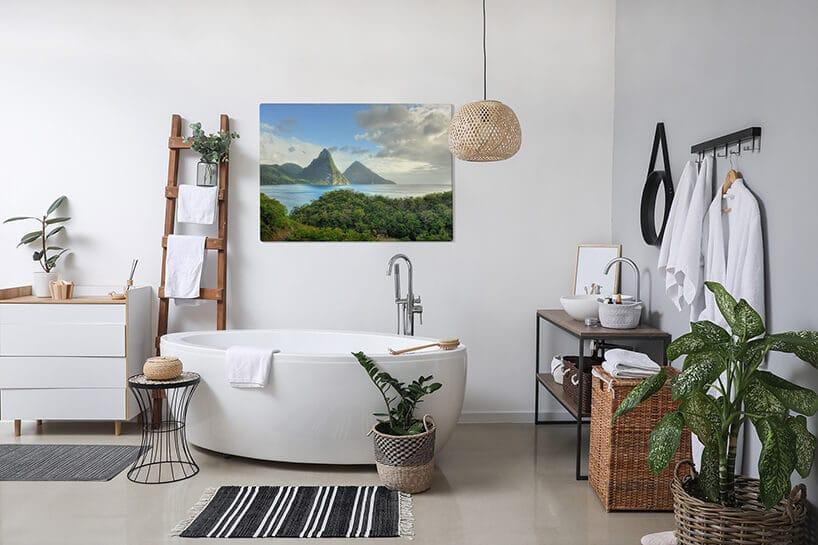 jasna łazienka zwolnostojącą wanną oraz pasiastym dywanikiem oraz zielonymi dodatkami
