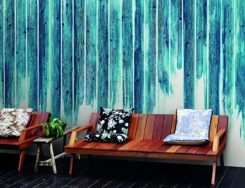 dwie ławki na tle niebieskawej grafiki ściennej Glamora