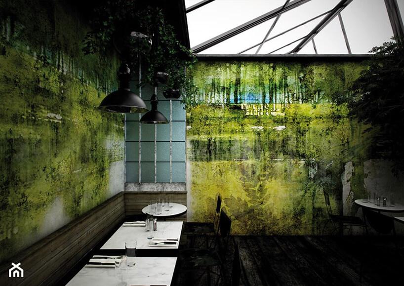 ciemne wnętrze restauracji zzieloną grafiką ścienną Glamora