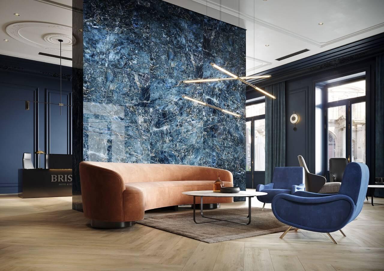 salon ze ścianą zpłytek ceramicznych zkoniakową kanapą