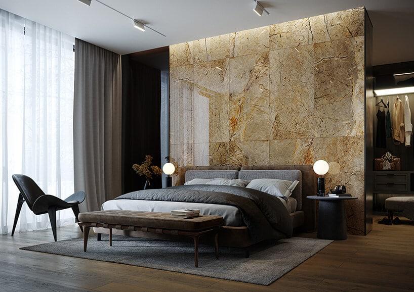 marmurowa ściana za dużym łóżkiem wsypialni wkolorze ciemnego brązu