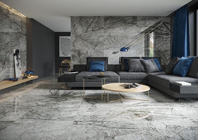 płytki na ścianie oraz podłodze zszarą imitacją marmuru