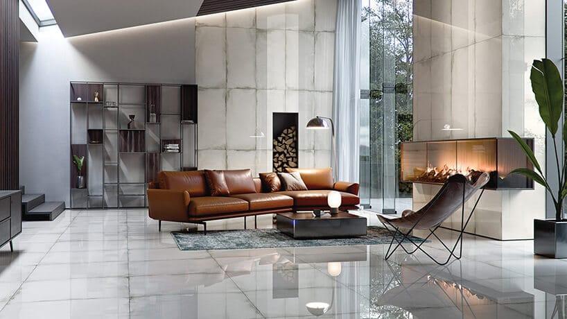 ciemno brązowa sofa na lekkich nogach na lustrzanej podłodze zkafli