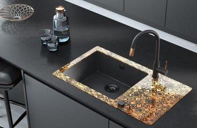 zlewozmywak Deante ze złotym nadrukiem w czarnej kuchni