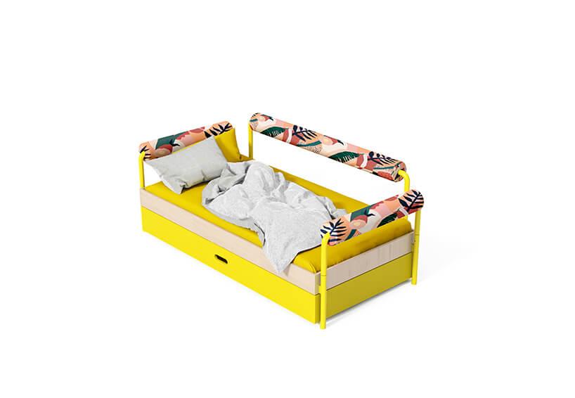 wyjątkowe żółte łóżko zpoduszkami na metalowych rurkach od Kocot Kids