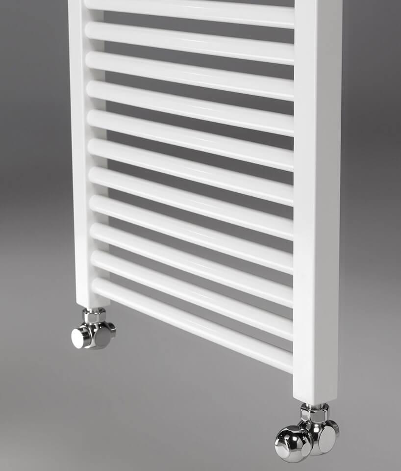 biały grzejnik łazienkowy zchromowanymi końcówkami
