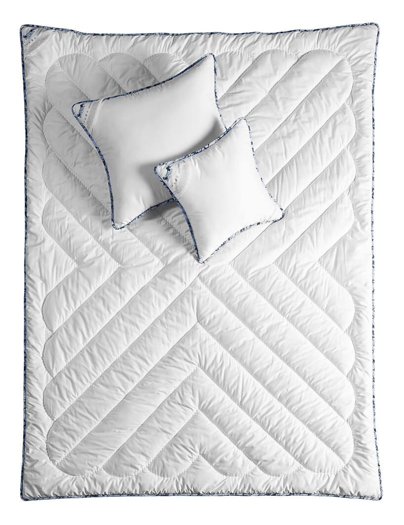rozłożona ekskluzywna kołdra zdwoma poduszkami