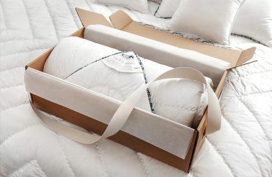 biała kołdra w eleganckim opakowaniu